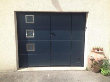 Porte de garage sectionnelle avec portillon hublots inox