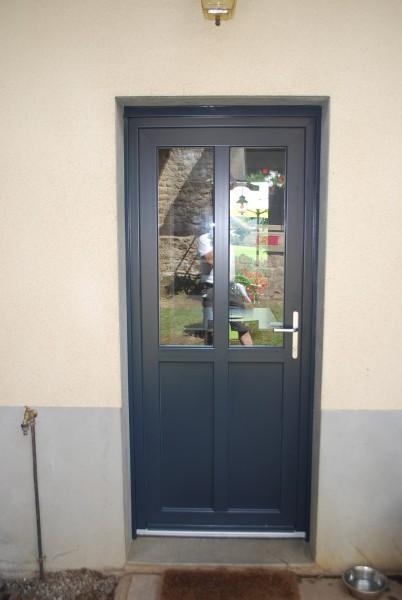 Pose en rénovation de porte d'entrée Pvc gris 7016 à Eymouthiers et sa région