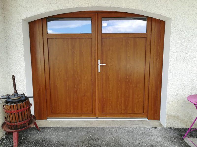 Pose de Porte de garage Pvc Chêne doré, 2 vantaux sur cintre surbaissé.